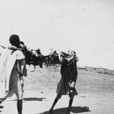 Africa Orientale Italiana - Trasporto d'un cadavere indigeno