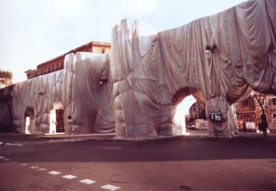 Christo & Jeanne-Claude. The Wall - Wrapped Roman Wall, Rome, 1974 (Opera)
