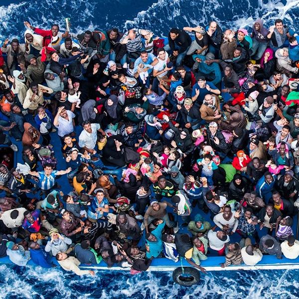 Where are you? La storia della fotografia divenuta l'icona della crisi dei migranti nel Mediterraneo