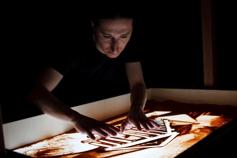La magia della sabbia nella perfomance live di Paolo Carta