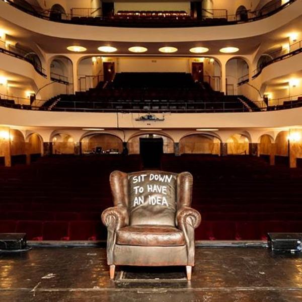 """""""Sit down to have an idea"""". Le poltrone d'artista approdano al Teatro Duse di Bologna"""