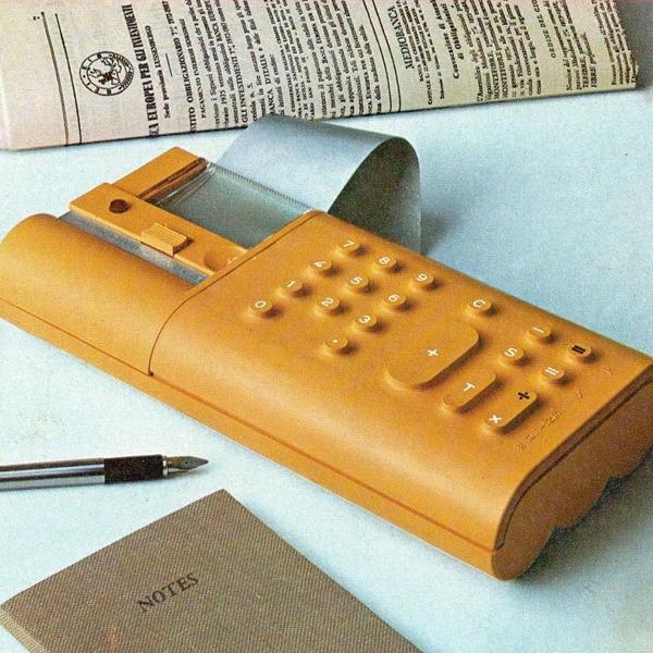 Mario Bellini racconta Divisumma 18: la calcolatrice elettronica portatile realizzata nel 1973 dalla Olivetti